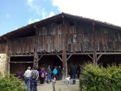Exterior del caserío, soportal, visitantes en la visita guiada