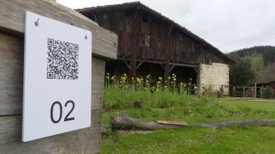 Exterior del caserío Igartubeiti, QR para la Gyncana